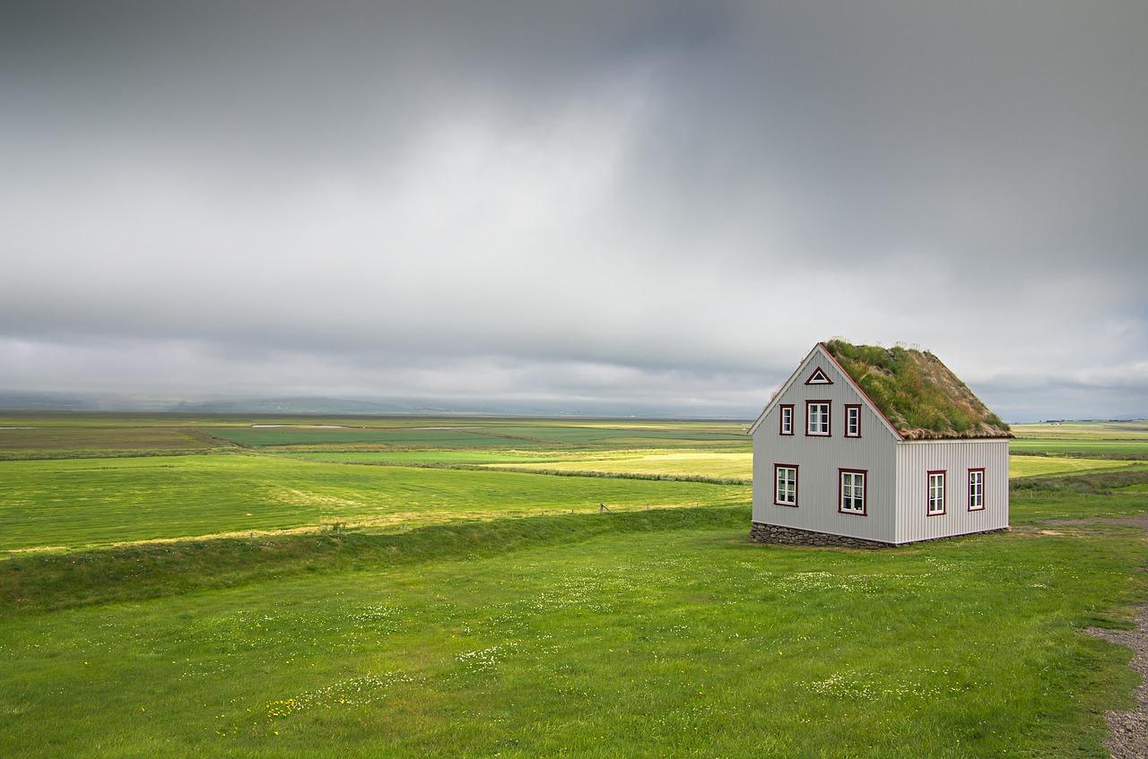 Iceland House Landscape Nature  - pcjvdwiel / Pixabay